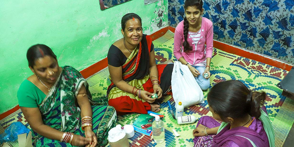Des femmes indiennes assistant à un cours d'esthétique prodigué par les associations Project Why et Enfances Indiennes