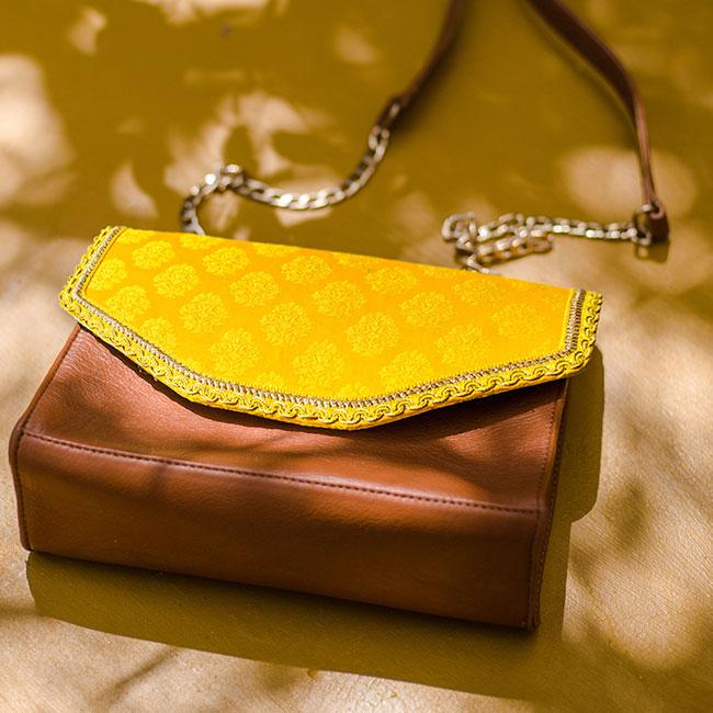 Sac bandoulière jaune avec un tissu aux motifs indiens et en cuir marron